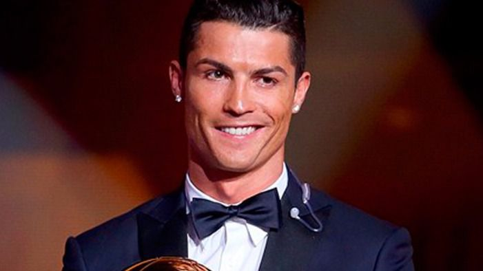 Cristiano Ronaldo recibe el tercer balón de oro de su carrera.