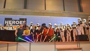 'Cosplayers' y soldados imperiales marcan el paso
