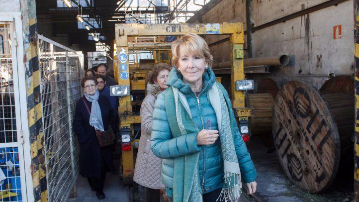 Esperanza Aguirre ha visitado las cocheras de Metro de Cuatro Caminos junto a un grupo de cooperativistas de Metropolitan para protestar por los requerimientos inasumibles que les pide el Ayuntamiento para aprobar el proyecto de edificación.
