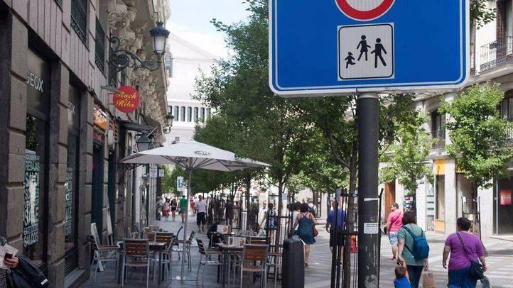Zona peatonal al lado de una terraza en la Calle Arenal. peatonal