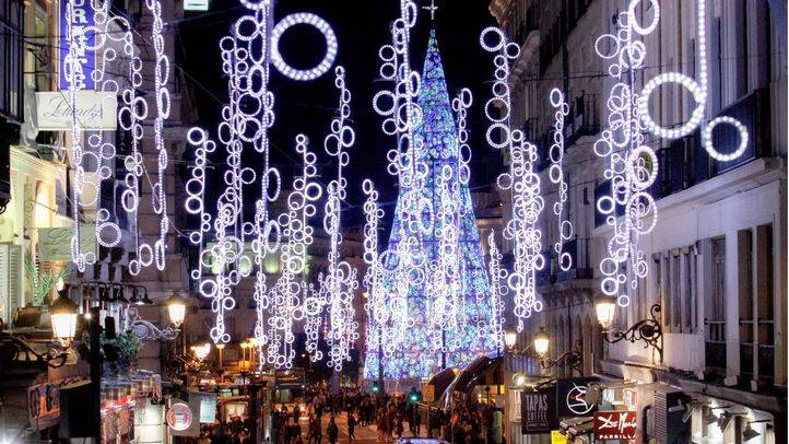 Herida leve una mujer al caerle luces de Navidad en la calle Fuencarral