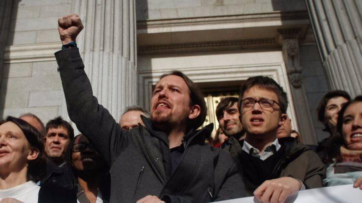 Pablo Iglesias jalea a los seguidores de Podemos en las escaleras del Congreso de los Diputados.