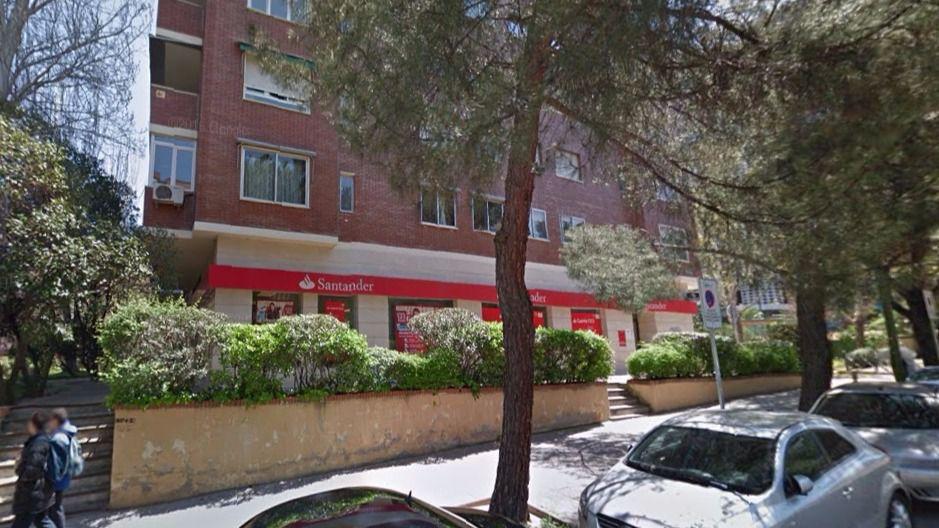 Revientan dos cajeros uno en majadahonda y otro en arturo for Sucursales banco santander barcelona