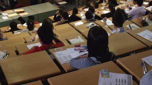 Estudiantes universitarios en un aula