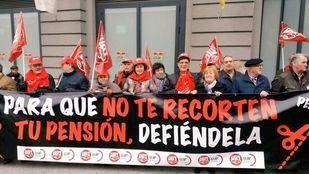 Decenas de jubilados se concentran ante el Congreso para exigir la revalorización de las pensiones
