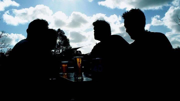 Jóvenes  en una terraza tomando cerveza