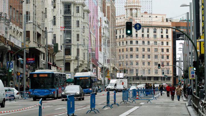 Corte de varios carrilles de tráfico rodado para ampliar  las aceras de la calle Gran Vía. (Archivo)