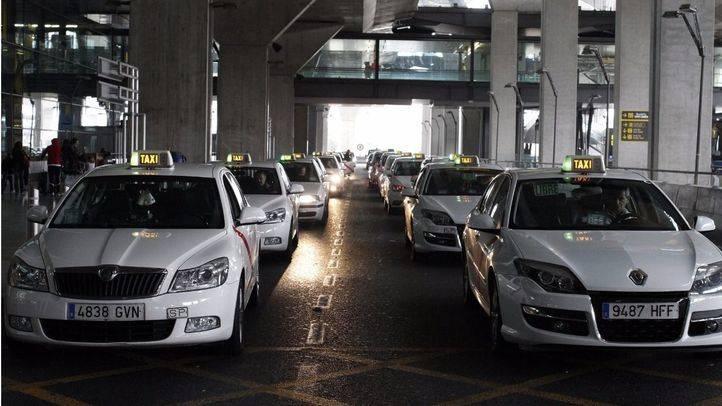 Parada de taxis en la terminal T4 del aeropuerto Adolfo Suárez-Madrid Barajas.
