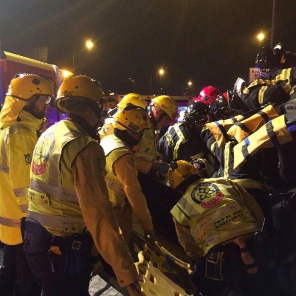 Los servicios de emergencias trabajan para rescatar a un joven de un vehículo que volcó en la A-5