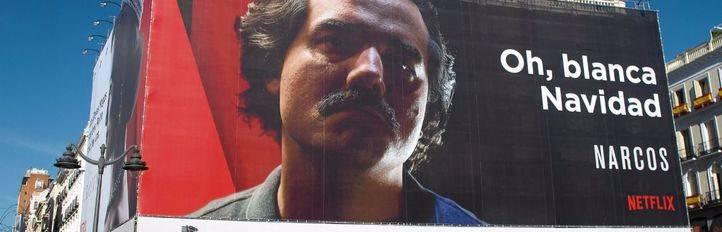 Anuncio de la serie de Netflix en la que aparece Pablo Escobar deseando una blanca navidad en la fachada del edificio del Tio Pepe.