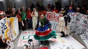 Protestas ante la sede de Transportes contra los desahucios en antiguos pisos del IVIMA