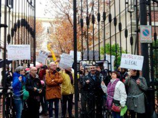 Vecinos de Chamberí se encadenan para protestar por el derribo del antiguo Taller de Precisión de Artillería