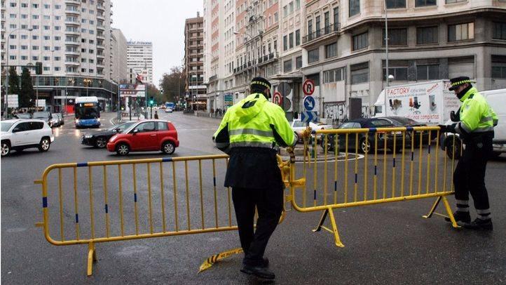 Agentes de movilidad colocan vallas para el corte de la Gran Vía este fin de semana.