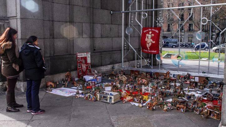 Varios madrileños llenan la Puerta de Alcalá de belenes para mostrar el