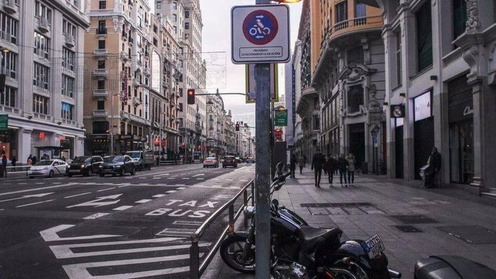El Ayuntamiento prohíbe aparcar motos en las aceras de Gran Vía