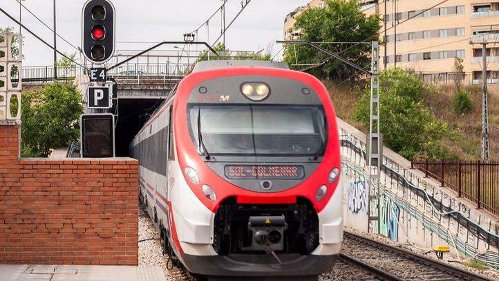 Tren de Cercanías de la Linea C-4 con dirección Sol-Colmenar entrando en la estación de Las Margaritas Universidad.
