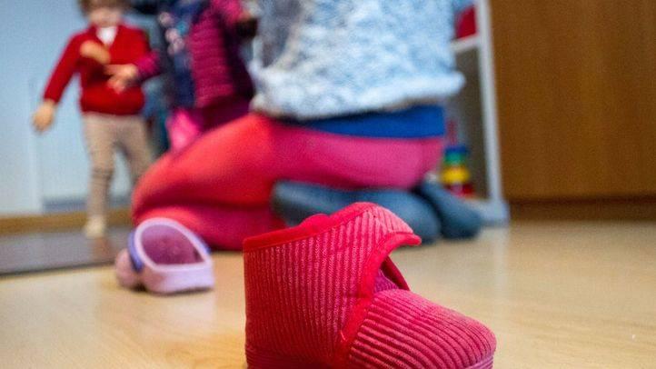 Un de los zapatos de estar por casa de uno de los tres niños que cuida Carolina.