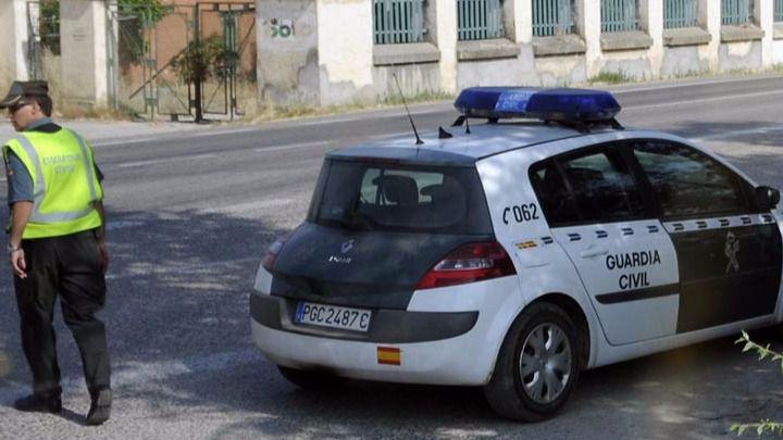 Un guardia civil de trafico y su coche (archivo)