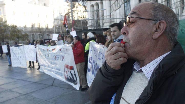 Trabajadores de varios centros municipales se manifiestan ante el Ayuntamiento por el impago de sus nóminas