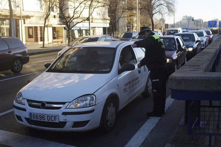 Agentes de la Policía Municipal prohíben el acceso a vehículos con matricula par en avenida América en el primer día que se activa el escenario 3 del protocolo anticontaminación.