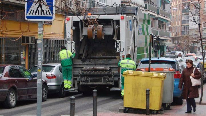 Camión de recogida de basuras por calles de Carabanchel