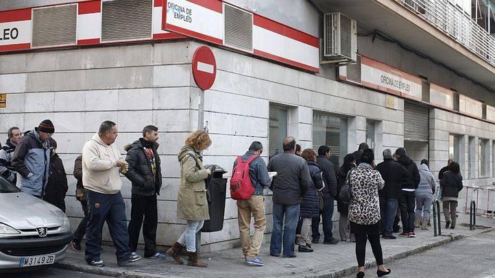 Colas en la oficina de empleo de la calle Pico de Almanzor, 6 en el barrio de Numancia en el distrito de Puente de Vallecas