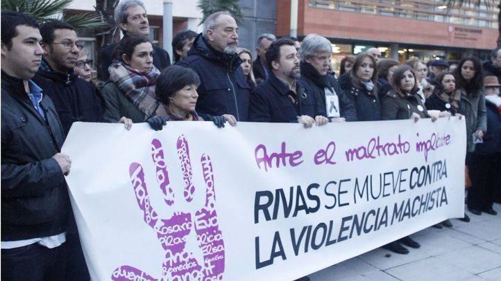 Una quinientas personas han acudido a la manifestación de rechazo a la violencia machista después de la primera muerte de una mujer en el 2017.