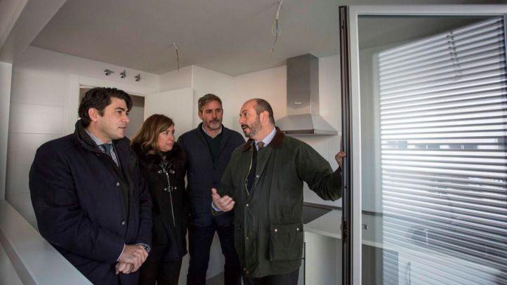 David Pérez, alcalde de Alcorcón, y Pedro Rollán, consejero de Vivienda y Transporte de la Comunidad, durante su visita a las viviendas