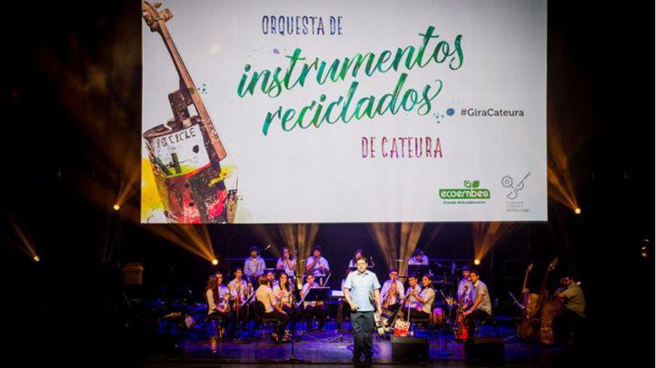 Favio Chávez, en el escenario, junto a la Orquesta de Instrumentos Reciclados de Cateura.