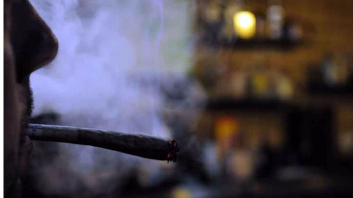 Un hombre fumando un porro de marihuana (archivo)