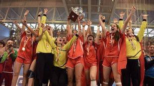 Las jugadoras de la selección madrileña celebran su victoria