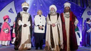 La alcaldesa de Madrid, Manuela Carmena, junto a los Reyes Magos de Oriente.