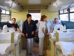 Autobus para donacion de sangre, Dos hombres donando sangre en el interior del autobus