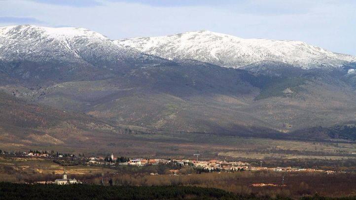Vista panorámica de la sierra de Guadarrama con las cumbres nevadas