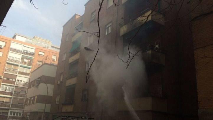 Incendio en una vivienda de la calle  Pedro Yagüe, número 1, en el distrito de Carabanchel