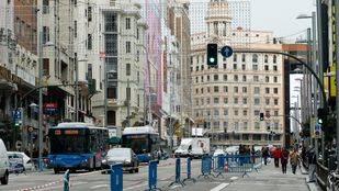 Corte de varios carriles de tráfico rodado para ampliar  las aceras de la calle Gran Vía.