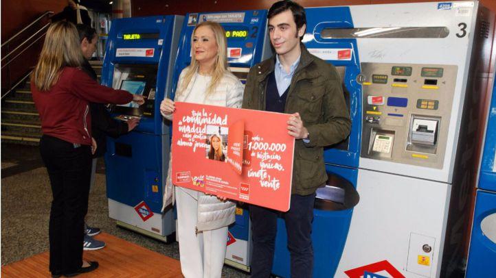 Cristina Cifuentes con el usuario número un millón del Abono Joven 20 euros