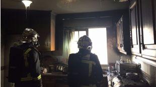 Los bomberos han tenido que rescatar a varias personas por la fachada.