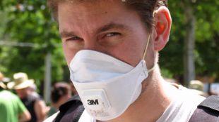 Persona con mascarilla por la alergia al polen primaveral.