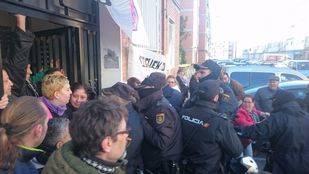 Activistas intentan paralizar el desahucio de una familia en Alcalá de Henares