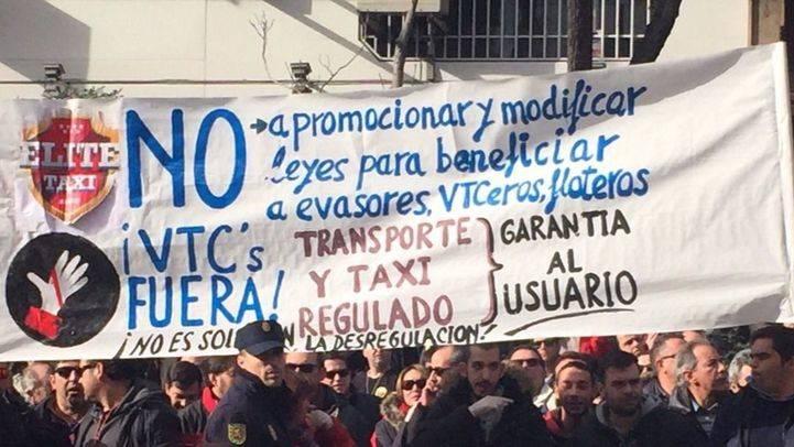 Los taxistas de Madrid se concentran frente la Dirección General de Transporte