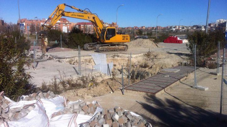 Obras para reparar el socavón de la avenida de la Gavia en el Ensanche de Vallecas.