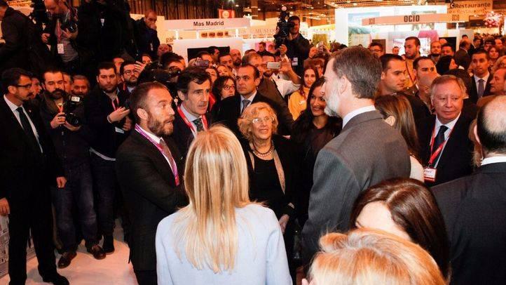 Los Reyes visitan el stand de Madrid junto a Cristina Cifuentes y Manuela Carmena.