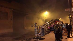 Un incendio calcina dos naves en Humanes durante la madrugada