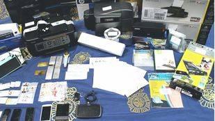Documentación y objetos confiscados a los detenidos