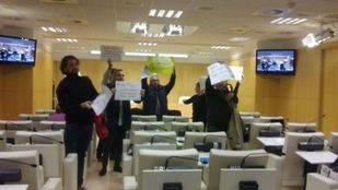 Trabajadores de centros deportivos municipales protestan en la sala de prensa del Ayuntamiento de Madrid