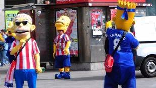 Hommer Simpson disfrazados del Atletico de madrid y del Chelsea