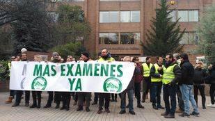 Protesta de dueños de autoescuelas frente a la DGT para pedir más examinadores