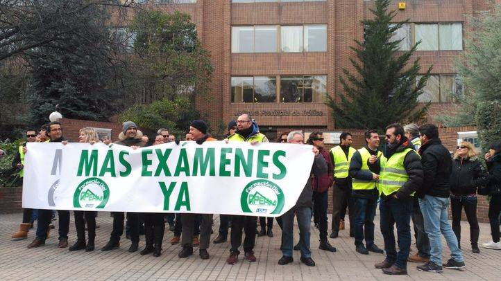 Las autoescuelas protestan frente a la DGT para pedir más examinadores