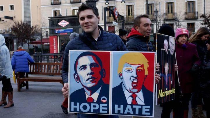 Centenares de personas protestan en Ópera contra la investidura de Donald Trump como nuevo presidente de los EEUU.